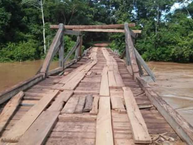 Com risco de cair, ponte de acesso à zona rural de Nobres foi interditada (Foto: Jaila Márcia de Almeida/Arquivo Pessoal)