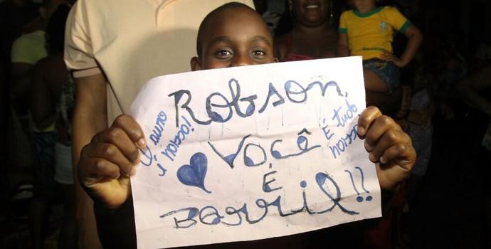 torcedor mirim com cartaz em apoio a Robson Conceição (Foto: Amanda Oliveira/GOVBA)