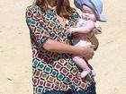 Fofurinha: Jessica Alba curte praia mexicana com filha de quatro meses