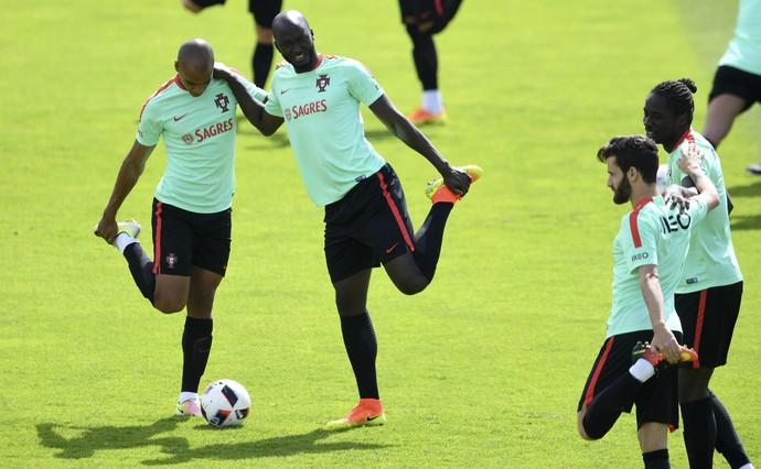 João Mário e Danilo Pereira se alongam no treino de Portugal em Marcoussis (Foto: FRANCISCO LEONG / AFP)