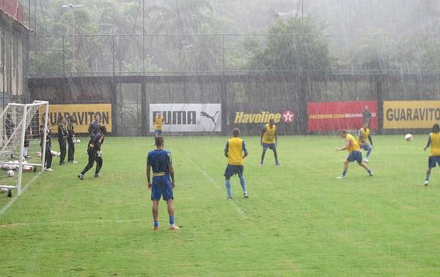 Jogadores brincadeira treino Botafogo após gols Loco Abreu (Foto: André Casado / Globoesporte.com)