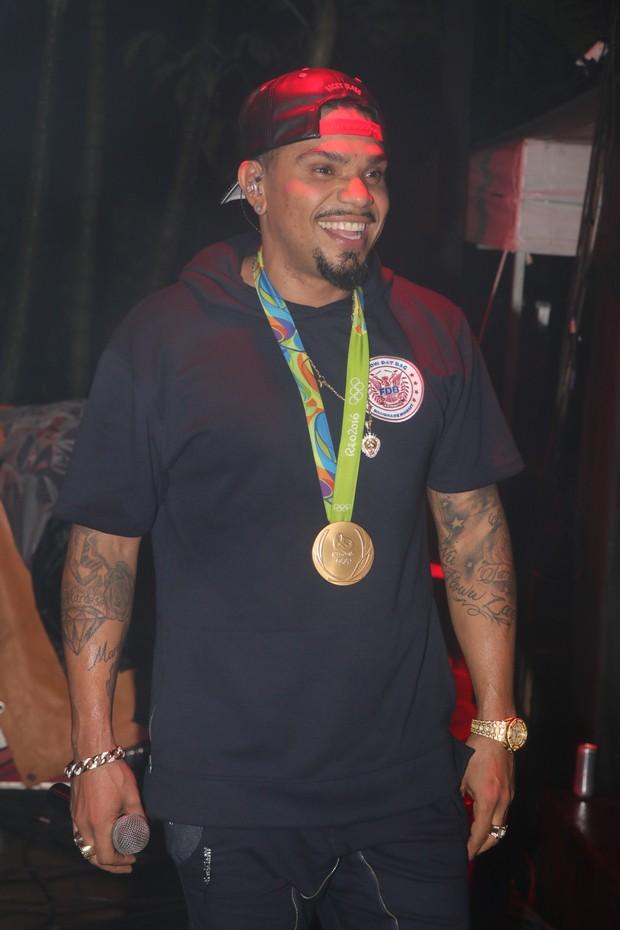 Naldo se diverte em show com medalha de ouro de Luan Guilherme (Foto: Fred Pontes / Divulgação)