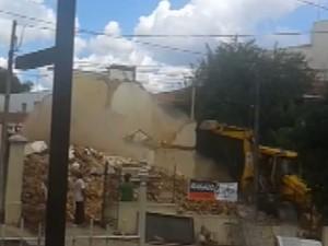 Momento da demolição de casa histórica de São Carlos (Foto: Reprodução/EPTV)