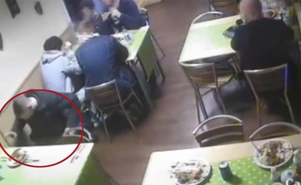 Christopher Baker foi acusado de largar propositadamente rato em restaurante (Foto: Reprodução/YouTube/ViralVideos)