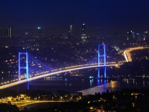 A Ponte do Bósforo divide Istanbul entre os lados europeu e asiático (Foto: AP Photo)