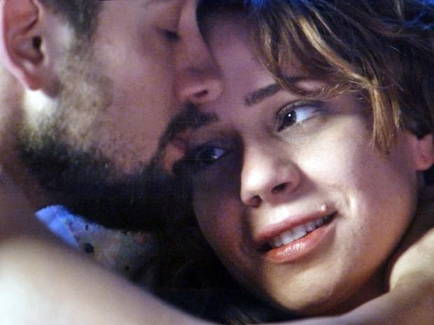 O casal conversa sobre o suposto pai da moça (Foto: Império/TV Globo)