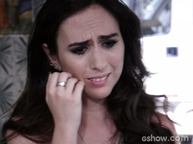 Valdirene fica arrasada com o fora que leva do ex... (Foto: Amor à Vida / TV Globo)