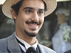 Jonas é só sorrisos (Foto: Lado a Lado/TV Globo)