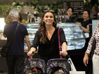 Giovanna Antonelli passeia com as filhas no shopping