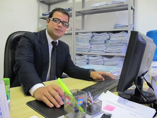 Após ser gari, Danilo passou a trabalhar como advogado em um escritório no Centro de Santos, SP (Foto: Mariane Rossi/G1)