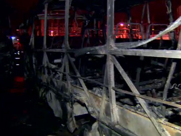 Incêndio em garagem destrói 31 ônibus em São José dos Campos, SP (Foto: Reprodução/ TV Vanguarda)