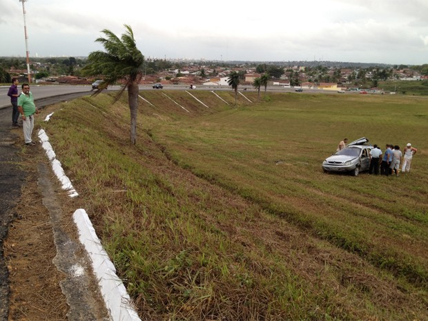 O veículo capotou e saiu da pista. A PRF investiga se houve falha mecânica no carro. O condutor e o passageiro tiveram ferimentos leves e um deles foi encaminhado para o Ortotrauma. O corpo que estava sendo transportado foi retirado do local por outro veículo da funerária (Foto: Walter Paparazzo/G1)