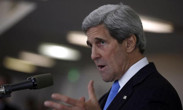 O secretário de Estado dos EUA, John Kerry, dá entrevista nesta sexta-feira (24) em Tel Aviv (Foto: AFP)