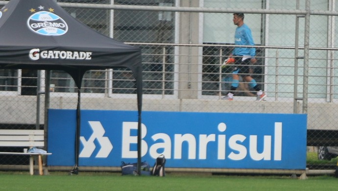 Maicon deixa campo do CT do Grêmio (Foto: Eduardo Moura/GloboEsporte.com)
