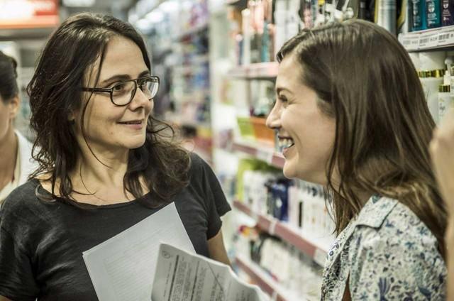 A diretora Mini Kerti com Natália Lage nos bastidores de 'Sob pressão' (Foto: Mauricio Fidalgo/Globo)