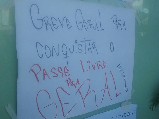 Cartaz pregado do lado de fora do posto do DFTrans na rodoviária do Plano Piloto (Foto: Bárbara Nascimento/G1)