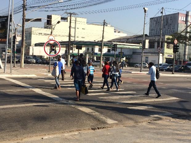 Nas imediações da estação Armênia do Metrô, semáforos de pedestres demoram a abrir (Foto: Vivian Reis/G1)