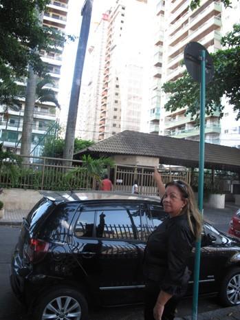 Presidente da associação das vítimas, Rauliete mostra nova construção onde ficava o Palace 2 (Foto: João Bandeira de Mello/G1)