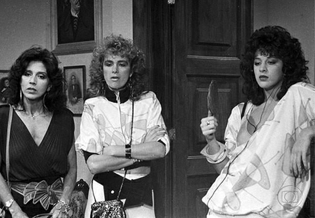 """Yoná Magalhães (à esq.), Isis de Oliveira (centro) e Claudia Raia em """"Roque Santeiro"""" (1985) (Foto: Reprodução)"""