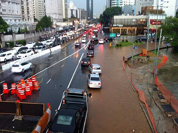 Chuva deixou ponto de alagamento em trecho inicial da Avenida Cidade Jardim (Foto: G1)