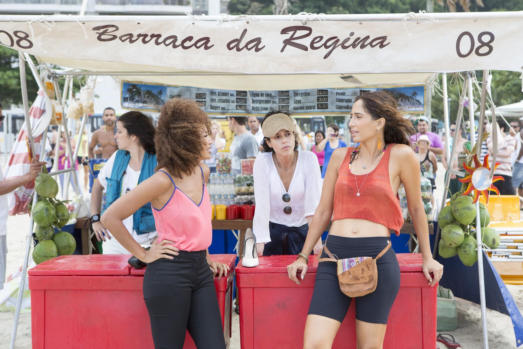 A diretora Luisa Lima ensaia a cena com as atrizes (Foto: Felipe Monteiro/Gshow)