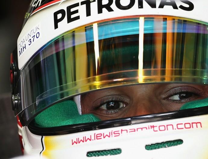 Mais veloz no primeiro treino livre para o GP da Malásia, Lewis Hamilton carrega homenagem a vítimas do voo MH370 na viseira (Foto: Getty Images)
