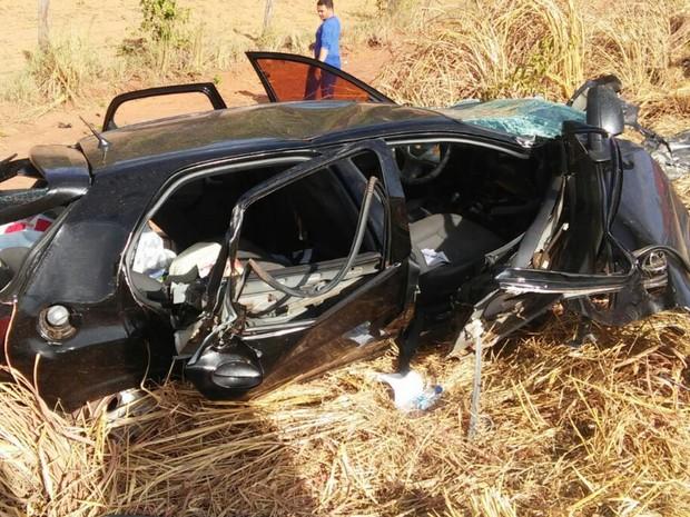 Acidente entre carro e carreta deixa 4 pessoas feridas na BR-070, em Goiás (Foto: Divulgação/Corpo de Bombeiros)