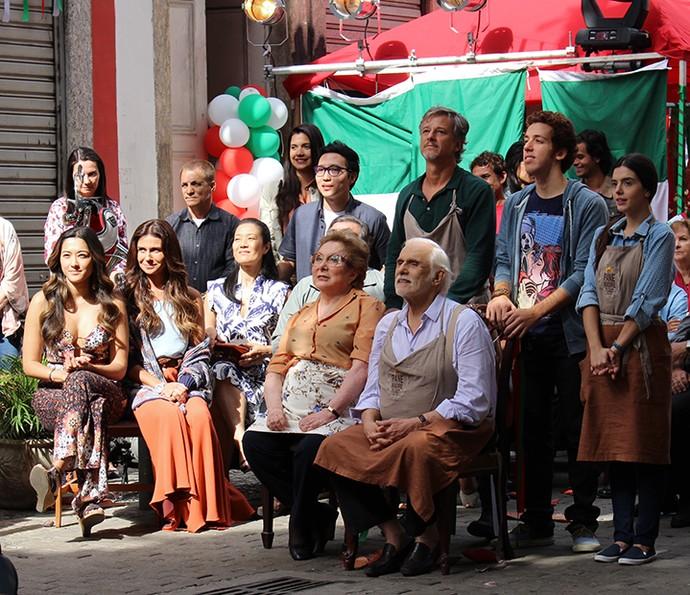 As famílias Tanaka e De Angeli assistem ao espetáculo montado por Mario na festa italiana da Mooca (Foto: Hellen Couto / Gshow)