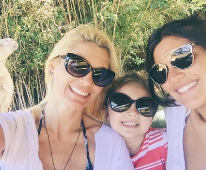 Flávia ao lado das filhas Olívia e Giulia (Foto: Arquivo Pessoal)