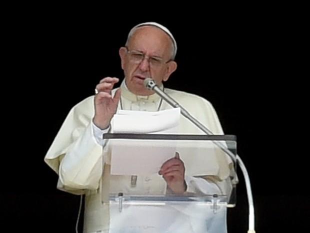 Papa Francisco falou diante de milhares de fiéis reunidos na praça de São Pedro no Vaticano. (Foto: AFP)