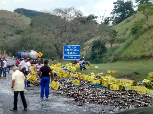 Carreta bateu na mureta central da rodovia (Foto: Luiz Gustavo Madeira/Arquivo Pessoal)