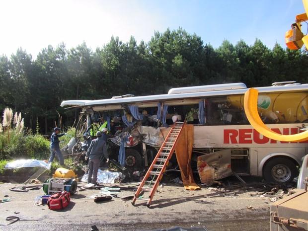 Bombeiros retiraram vítimas de ônibus de acidente Campos Novos (Foto: Fábio Machado/Divulgação)