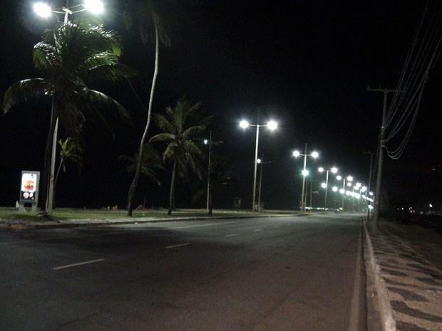 Luz começou a voltar na capital baiana por volta das 2h30 desta sexte-feira (26) (Foto: Lílian Marques/ G1)