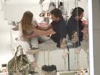 Marina Ruy Barbosa e Klebber Toledo trocam carinhos em shopping