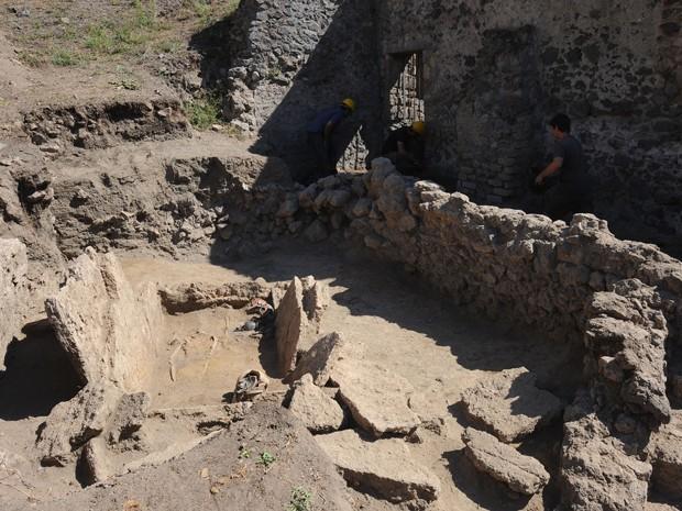 Ossos e objetos de cerâmica foram encontrados em tumba samnitas do século 4, nas ruínas de Pompeia, na Itália, na segunda (21) (Foto: AFP Photo/Mario Laporta)