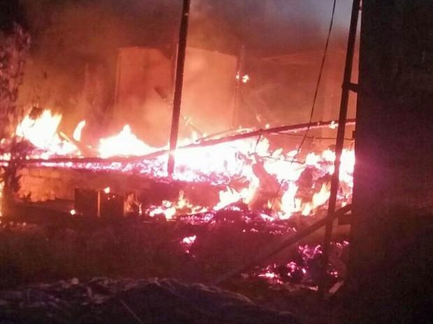 Segundo o Corpo de Bombeiros, apenas parte do barracão, que era de madeira, ficou queimado (Foto: Polícia Militar/Divulgação)