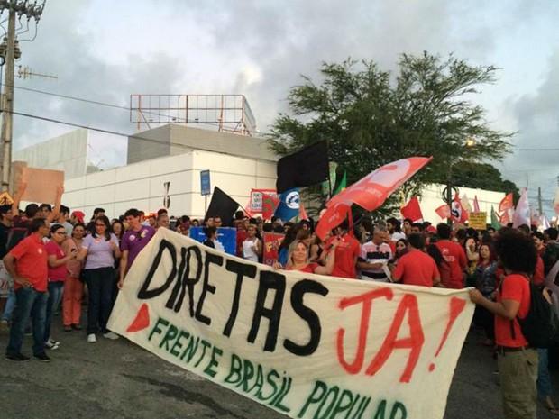 Manifestantes se preparam para começar a marcha (Foto: Renato Vasconcelos/ G1)