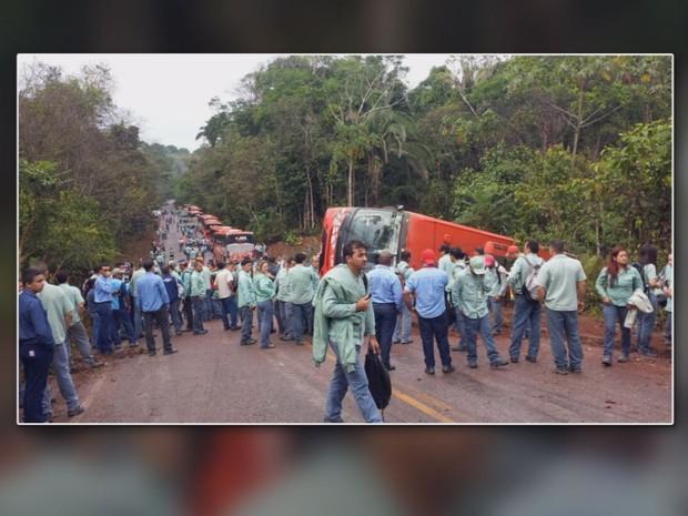 Resultado de imagem para Um ônibus de uma empresa terceirizada da Vale tombou na manhã desta quinta-feira (8) na estrada Paulo Fonteles, que fica dentro da área de empresa, no município de Parauapebas, no sudeste do Pará. Alguns funcionários acabaram feridos.