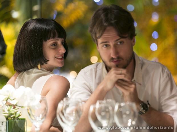 Só na peruca, ela se aproxima de Marcelo (Foto: Além do Horizonte/TV Globo)