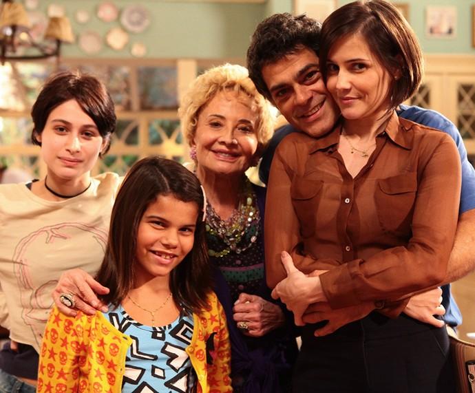 Glória Menezes com Deborah Secco, Eduardo Moscovis, Luisa Arraes e Laura Barreto em 'Louco por Elas' (Foto: TV Globo / Gui Maia)