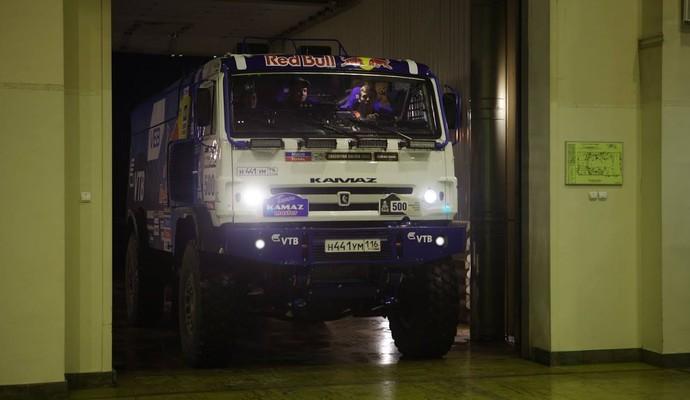 Jovem russo Daniil Kvyat pilotou caminhão de quatro toneladas em evento no país natal (Foto: Divulgação)