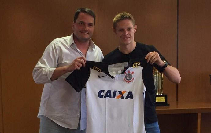 Marlone recebe camisa do Corinthians de Eduardo Ferreira, diretor (Foto: Divulgação/Corinthians)