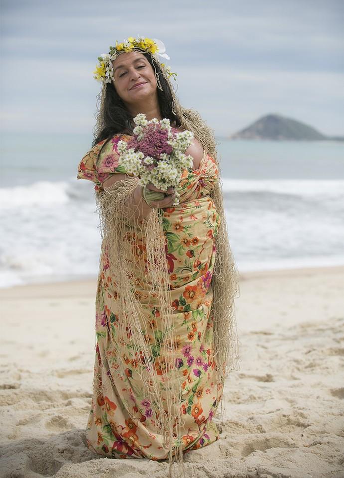 Que graça! Teodora improvisará look de noiva para se casar em ilha deserta (Foto: Raphael Dias/Gshow)