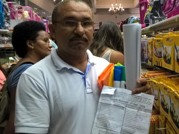 Reginaldo SIlva compra material escolar para a neta (Foto: Lilian Quaino/G1)