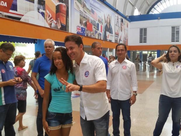 Anderson Ferreira votou na Faculdade dos Guararapes (Foto: Renato Ramos/ TV Globo)