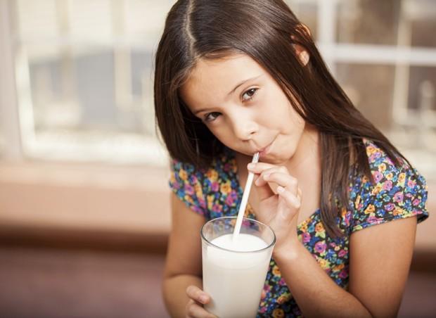 menina; leite; copo (Foto: Thinkstock)