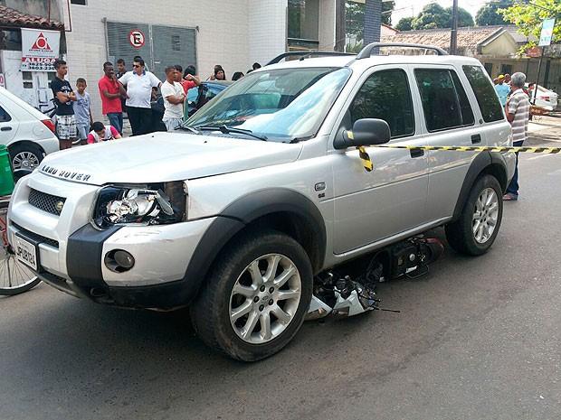 Moto foi parar debaixo do carro durante acidente (Foto: Ed Santos/Acorda Cidade)