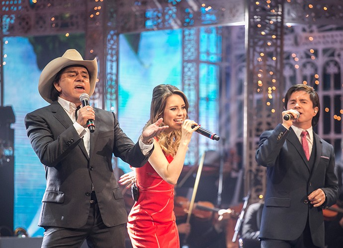No especial de Natal, Sandy cantou ao lado do tio e do pai, Chitãozinho e Xororó (Foto: Paulo Belote/Globo)