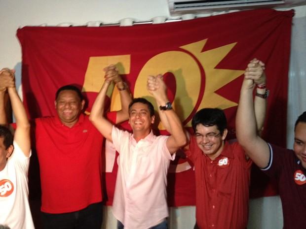 Clecio Luís comemora a vitória entre o vice Allan Sales (à esq. na foto) e o senador Randolfe Rodrigues (PSOL-AP) (Foto: Priscilla Mendes / G1)