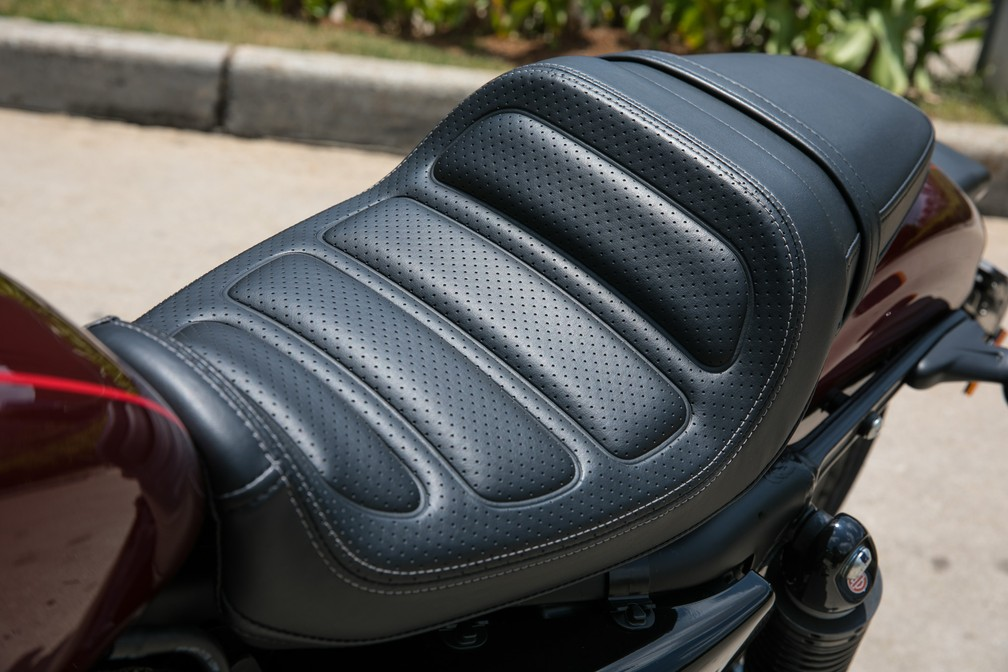 Assento da moto é confortável (Foto: Fábio Tito)